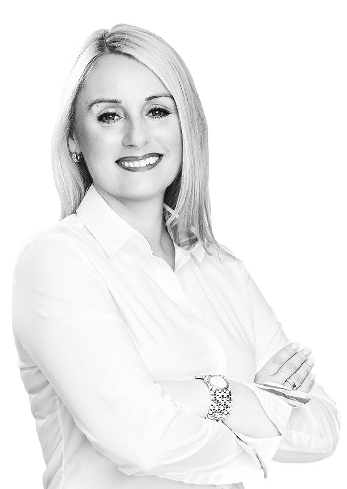 Bild mit schöner Frau mit blonden Haaren und weißer Bluse macht Permanent Make-Up in Fulda
