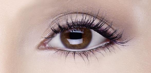 Feiner und dezenter Augenaufschlag durch Korrekturen und Retuschen