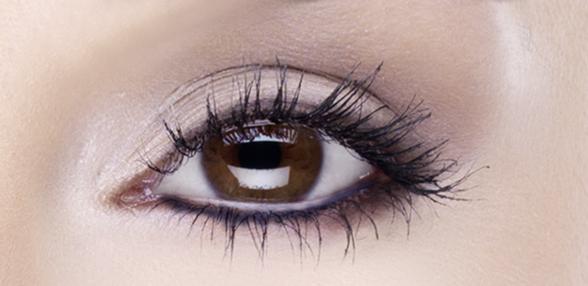 Auge mit breitem Lidstrich