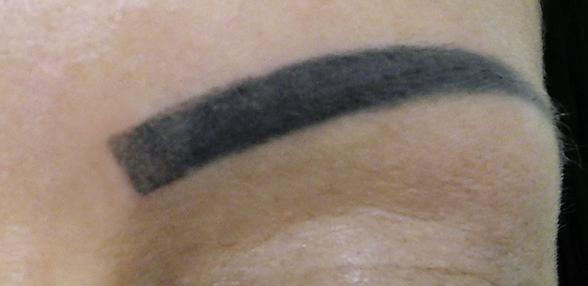 schwarzer Balken Augenbraue