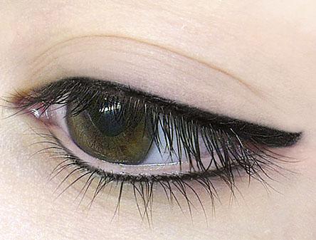 Bild zeigt Auge mit Lidstrich Pigmentierung von Riso