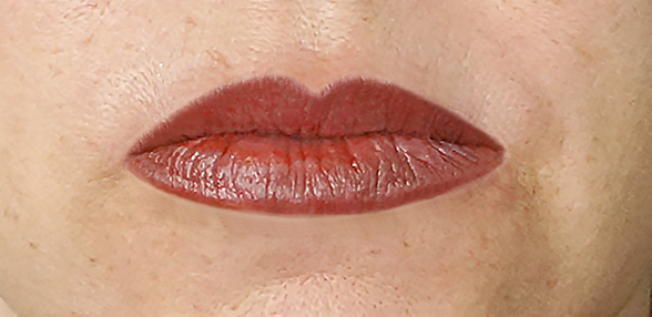 natürliche und wunderschöne Lippe nach Korrekturen und Retuschen